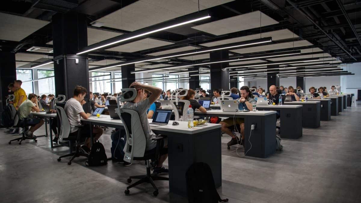 Praca w open-space – czy zagrożenie COVID-19 rośnie?